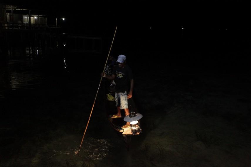 Lampu Petromak akan membuat ikan berkumpul dan penombak dengan mudah akan mendapatkan ikan tersebut