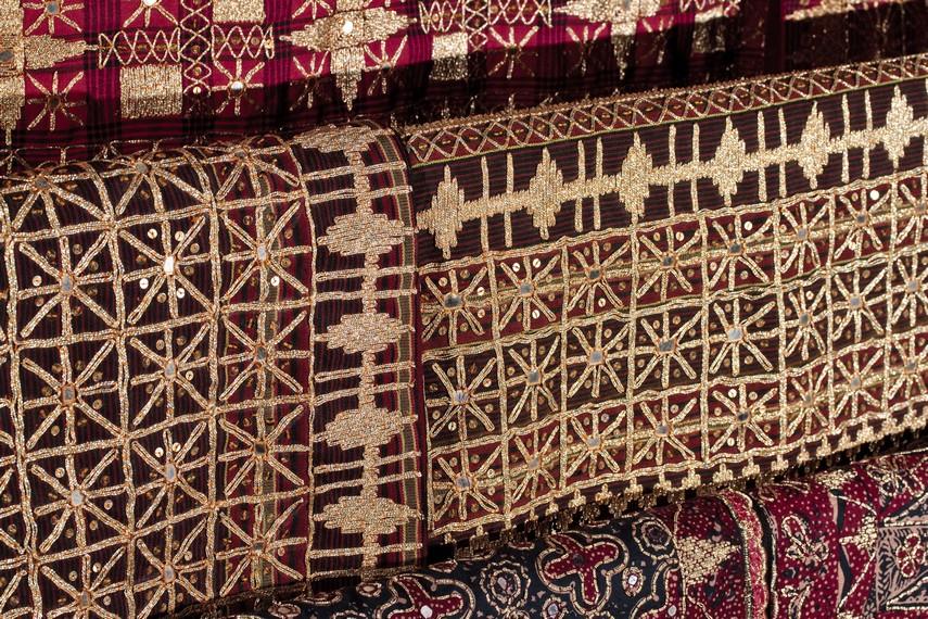 Kain tapis yang dibuat dari tenunan benang kapas dengan berbagai motif