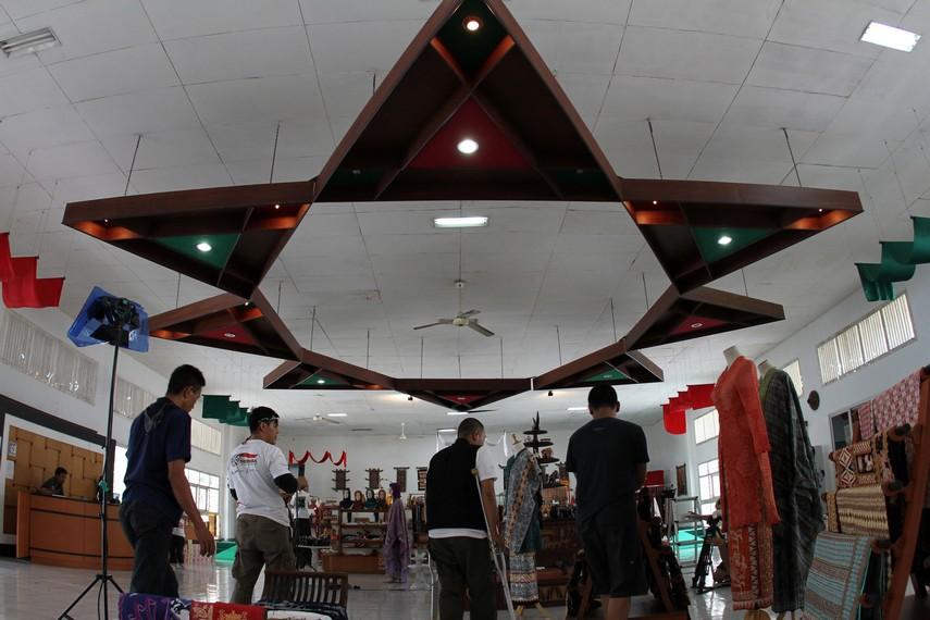 Suasana dekranasda tempat pembelian oleh-oleh khas Lampung saat dikunjungi tim IE