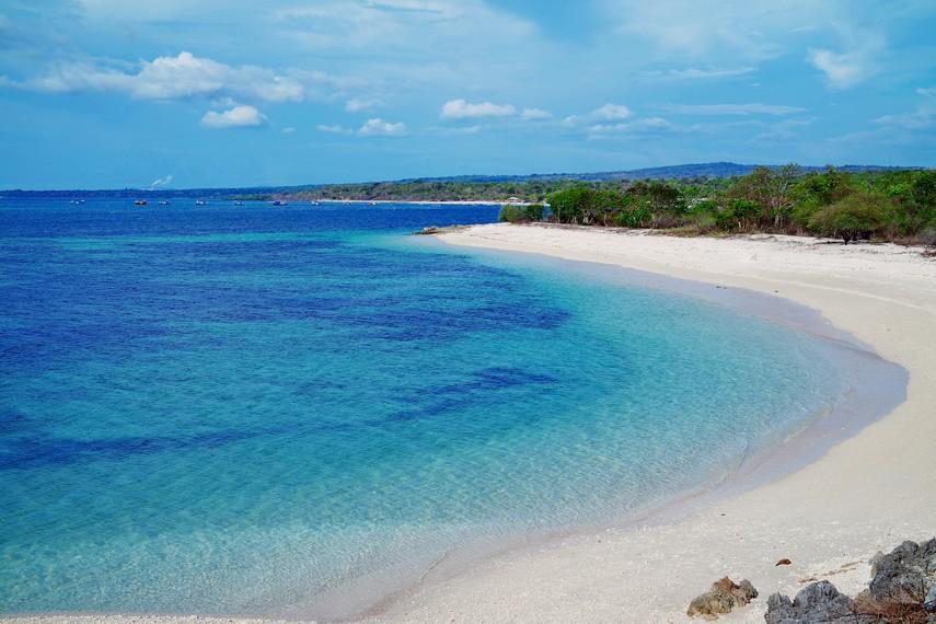 Langitnya yang biru dan pasir putihnya yang bersih semakin menambah kesan keindahan pantai ini.