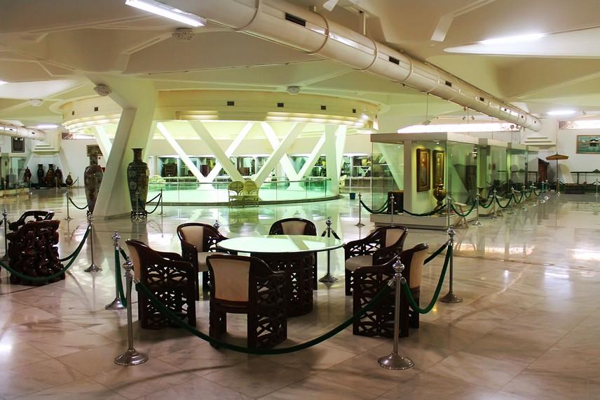 Lantai 2 gedung utama Museum Purna Bakti Pertiwi menyimpan berbagai cendera mata dari pemimpin negara asing