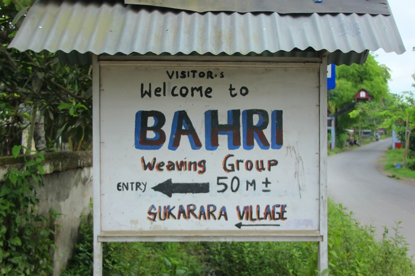 Letak desa yang berada di tepi jalan sangat memudahkan pengunjung untuk menemukan desa ini