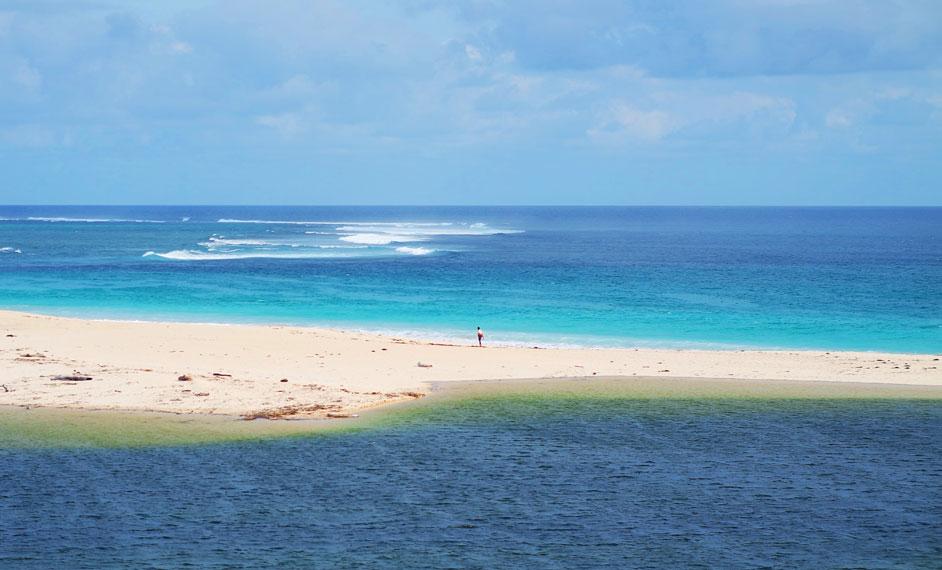 Letaknya berdekatan dengan pantai dan memiliki laut cantik di belakang kampungnya