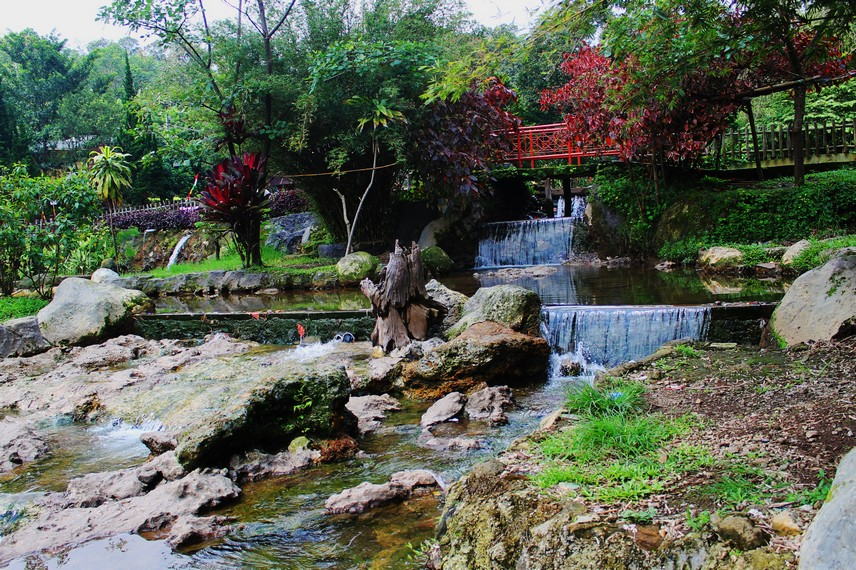 Lokasi pemandian Air Panas Ciater yang strategis membuatnya layak menjadi tujuan alternatif wisata keluarga