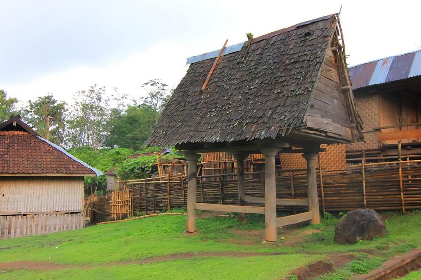 Lumbung padi yang bisa digunakan 4 sampai 8 keluarga, tergantung ukuran lumbung