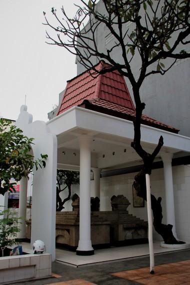 Makam Pangeran Diponegoro ditutupi sebuah puri