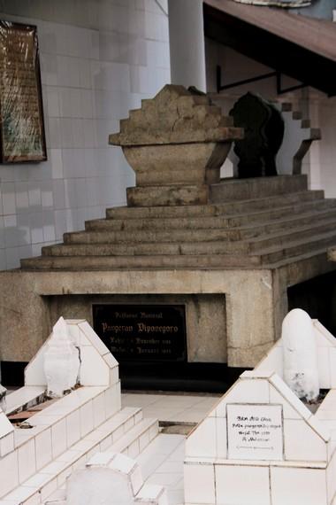 Makam Pangeran Diponegoro yang dikelilingi para keturunannya