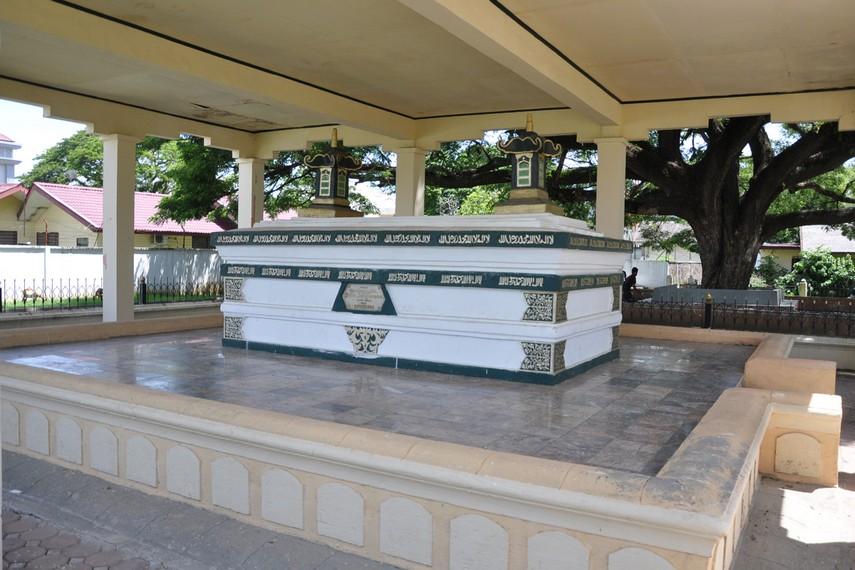 Makam ini menjadi sasaran penghancuran oleh Hindia Belanda untuk menghapus sejarah kejayaan Aceh