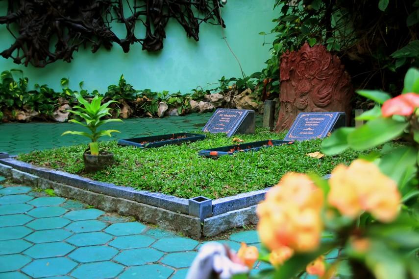 Makam maestro Affandi bersebelahan dengan makam istrinya