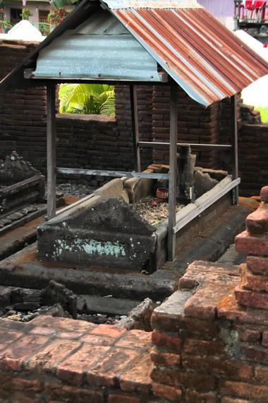 Makam pembesar Tallo yang dilengkapi atap pelindung