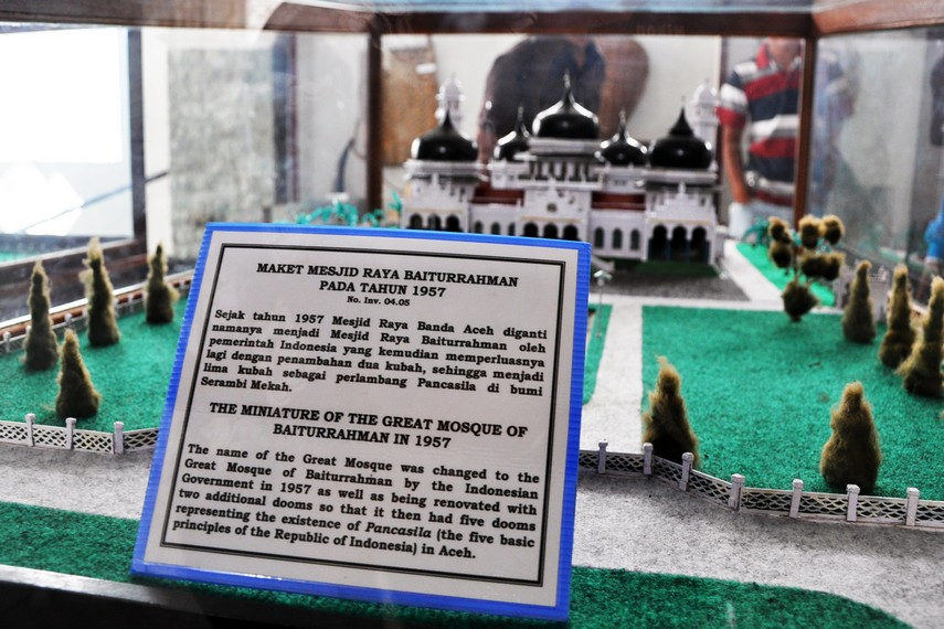 Maket Masjid Raya Baiturrahman dengan lima kubah yang dibangun 1957, melambangkan Pancasila