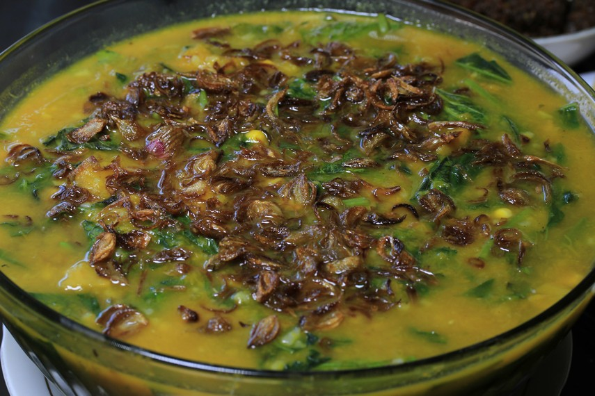 Bubur Manado dengan taburan bawang