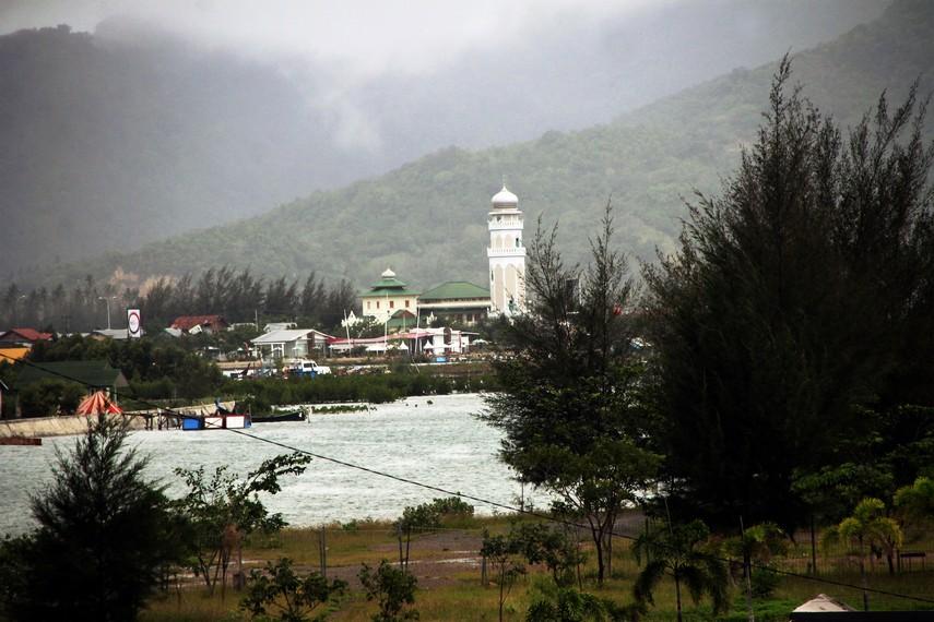 Masjid Baiturrahim dilihat dari Pelabuhan Ulee Lheue