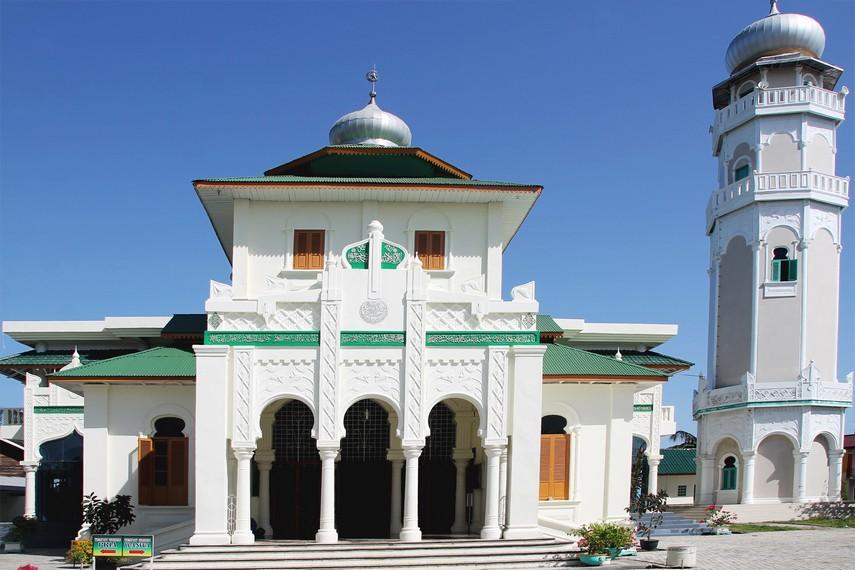 Masjid Baiturrahim merupakan tempat wisata ziarah tsunami sekaligus tujuan wisata sejarah