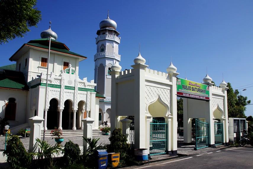 Masjid Jami Ulee Lheue telah ada sejak era Kesultanan Aceh