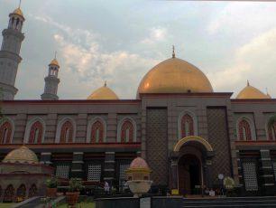 Mengagumi Keindahan Masjid Kubah Emas Meruyung