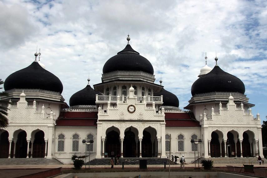 Masjid Raya Baiturrahman telah berdiri sejak era kejayaan Kesultanan Aceh dan bertahan hingga kini