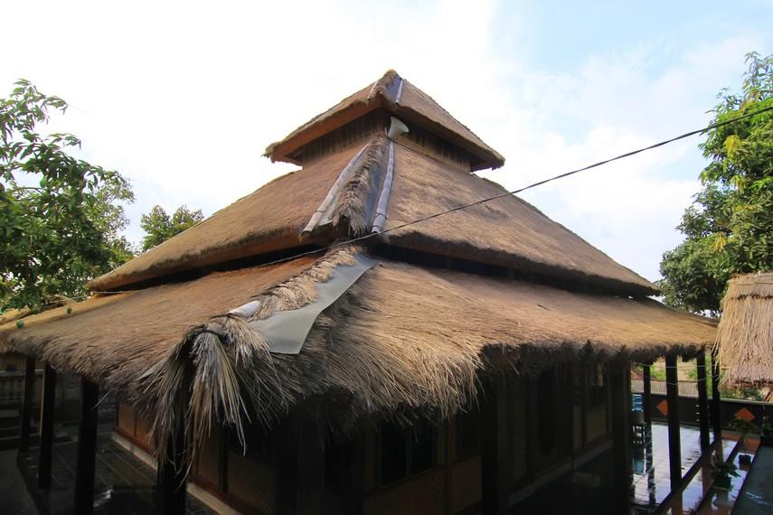 Masjid yang menjadi tempat ibadah masyarakat di desa ini juga memiliki bentuk yang unik