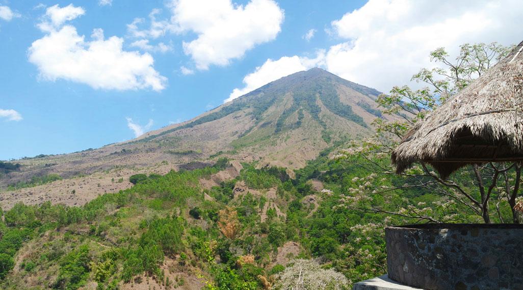 Masyarakat Bena meyakini bahwa keberadaan Dewa Yeta yang bersinggasana di Gunung Inerie akan melindungi kampung mereka