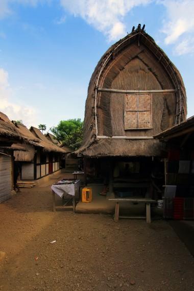 Masyarakat di desa ini memiliki lumbung padi yang berguna menyimpan padi bagi 5 sampai 10 keluarga