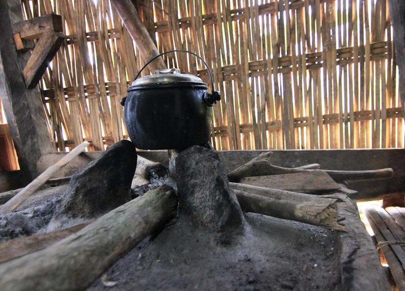 Masyarakat masih menggunakan tungku batu dan kayu bakar untuk memasak