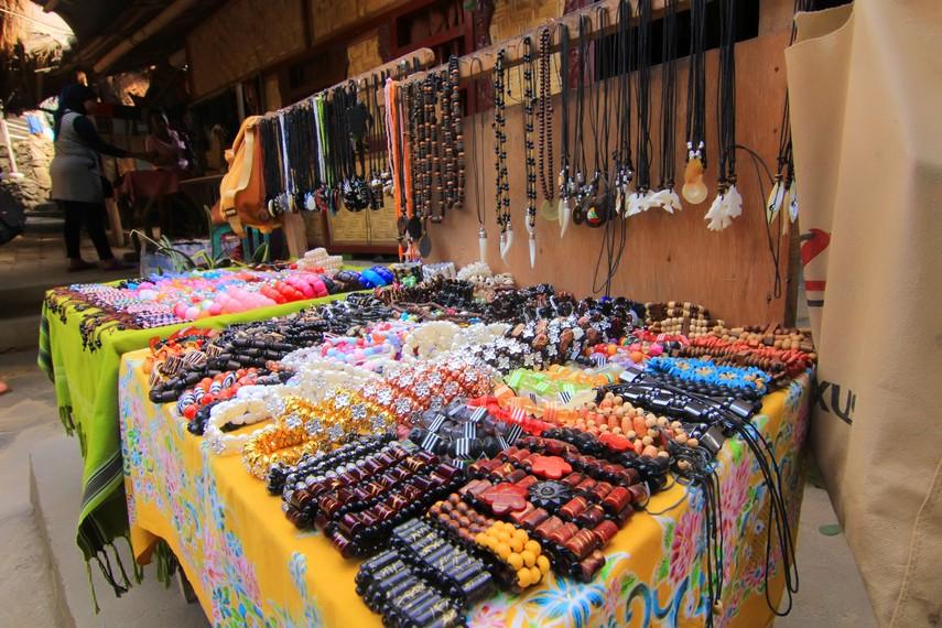 Mata pencarian masyarakat di sini selain bertani juga menjual oleh-oleh berupa barang kerajinan tangan