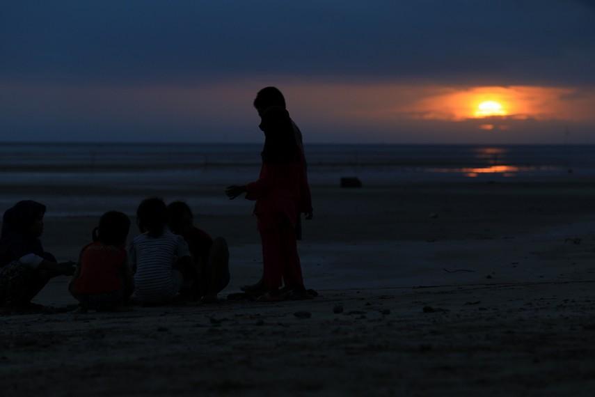Matahari terbenam di Pantai Lampu Satu