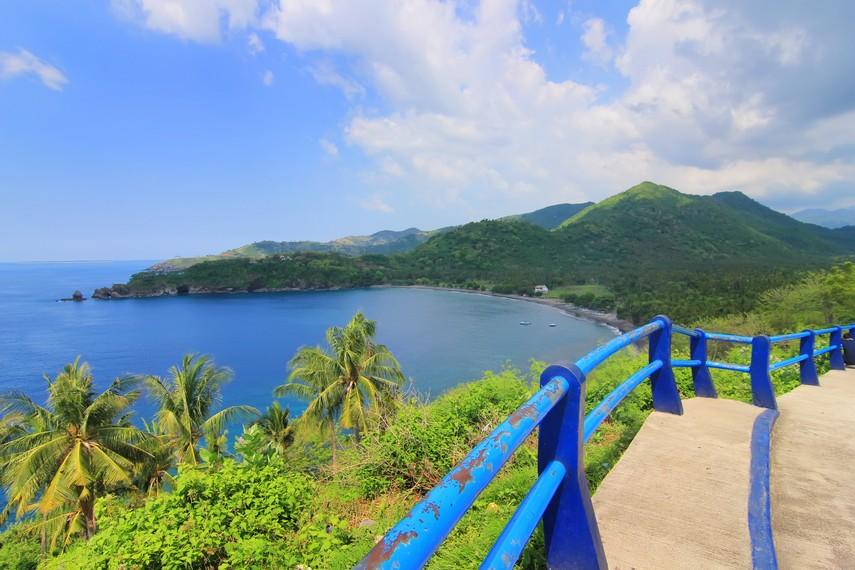 Melihat dari atas menjadi sudut pandang yang indah bagi para wisatawan yang berkunjung ke Pantai Malimbu