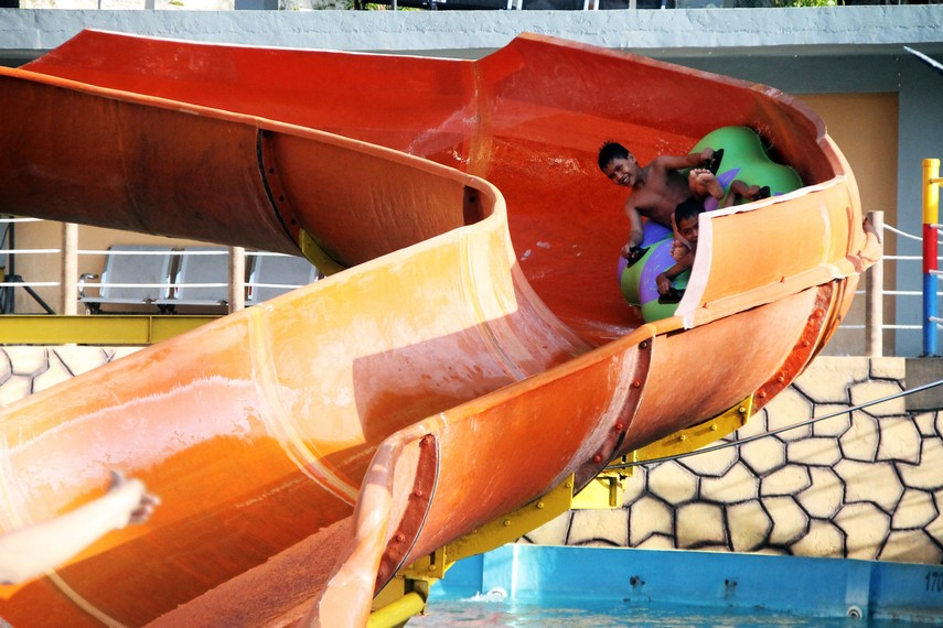 Meluncur diatas perahu karet ini merupakan pengalaman yang menegangkan tapi mengasyikkan