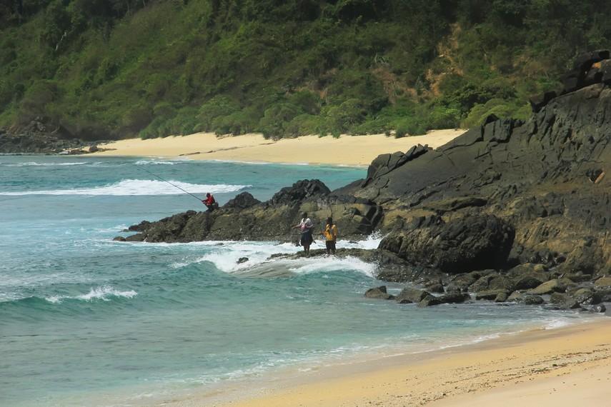 Memancing menjadi salah satu kegiatan yang dapat dilakukan di Pantai Mawi