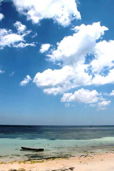 Memandang laut lepas sambil menikmati suasana hening di Pantai Lemo-Lemo menjadi hal yang menyenangkan