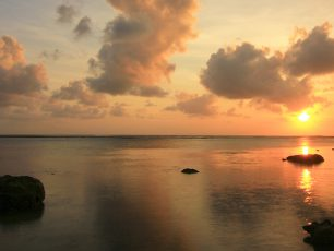 Memandangi Terbenamnya Sang Surya di Pantai Cibuaya