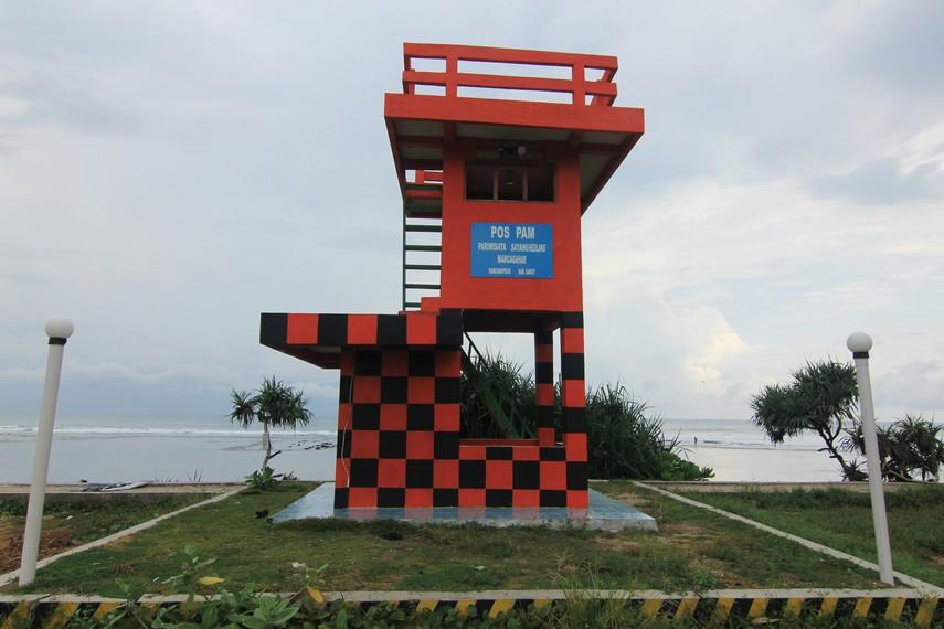 Menara Pos yang berdiri di sekitar pantai dapat dijadikan pengunjung untuk melihat keindahan pantai