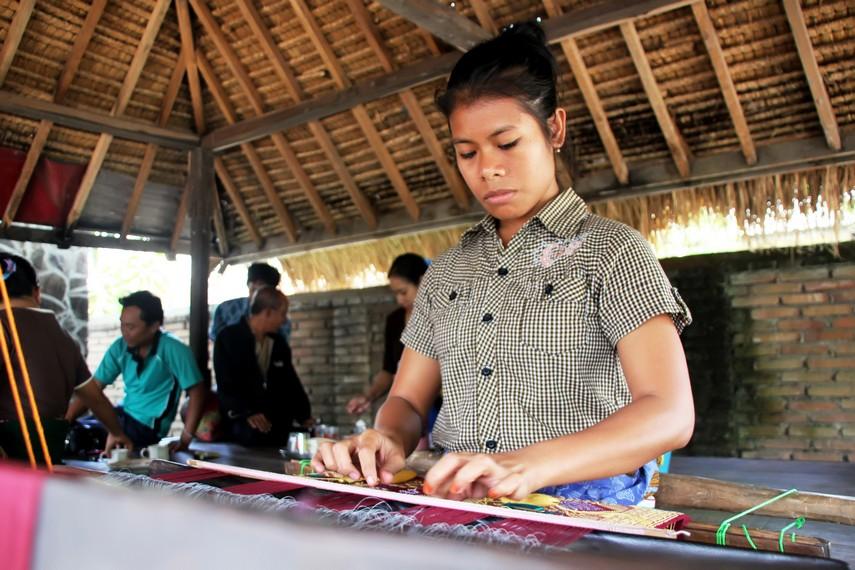 Menenun kain hanya dikhususkan untuk kaum wanita