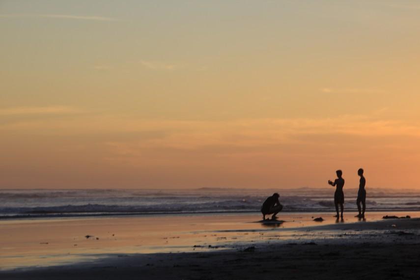 Menikmati keindahan matahari terbenam di Pantai Parangtritis