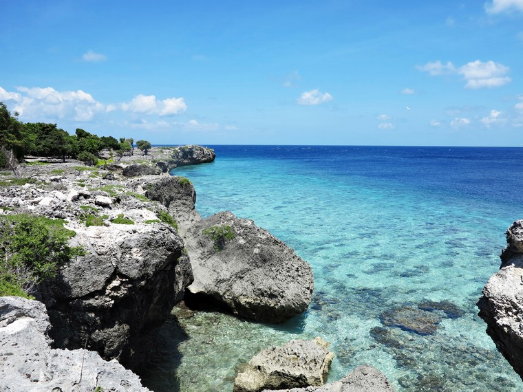 Menikmati keindahan Pulau Kambing dari atas bukit karang