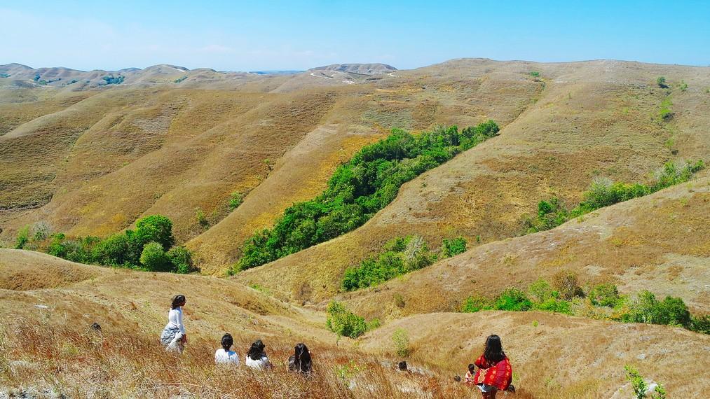 Menikmati keindahan Wairinding sambil duduk-duduk santai di padang savana