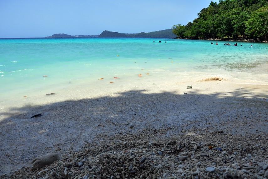 Menikmati keindahan surgawi yang dimiliki pantai Gapang menjadi pengalaman tak terlupakan