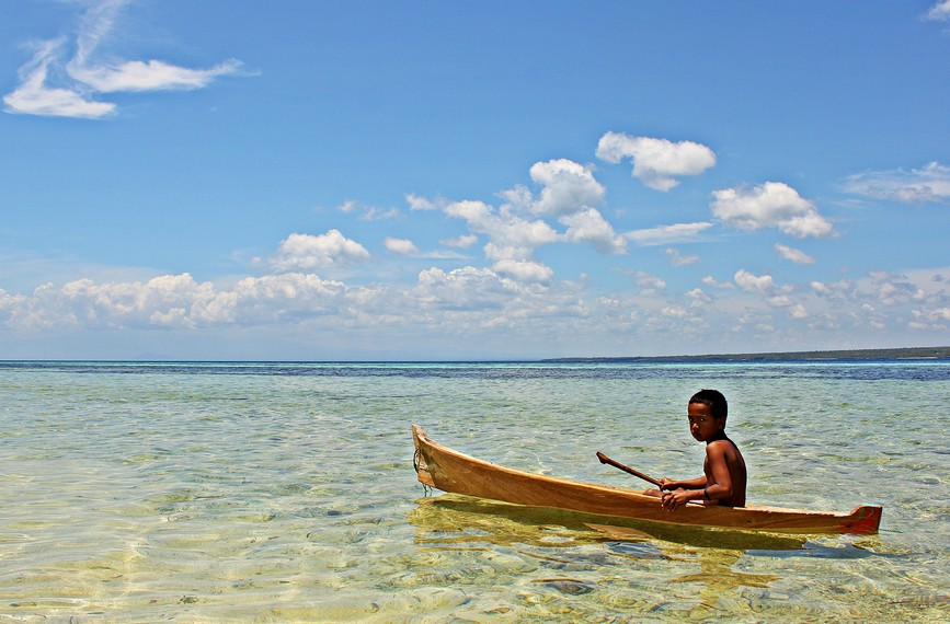 Menikmati pantai menggunakan perahu kecil