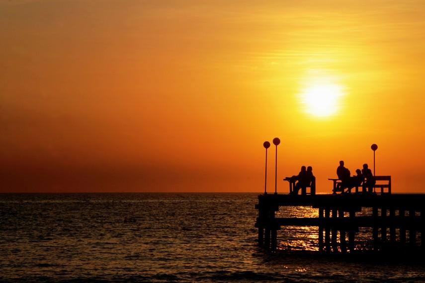 Menikmati senja dan matahari terbenam menjadi daya tarik tersendiri di Pantai Akkarena