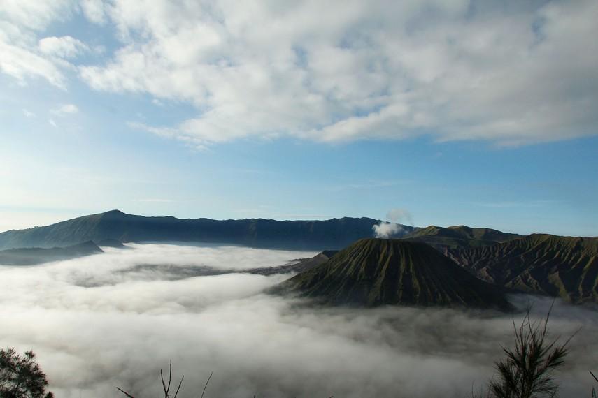 Menikmati suasana pagi di Gunung Bromo menjadi saat terindah berada di kawasan gunung ini