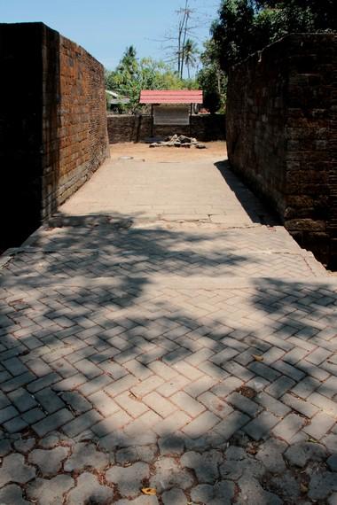 Menuju pintu keluar di Benteng Somba Opu