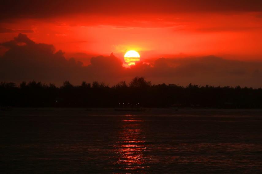 Menyaksikan matahari terbenam menjadi menu utama di Gili Meno bagian Barat