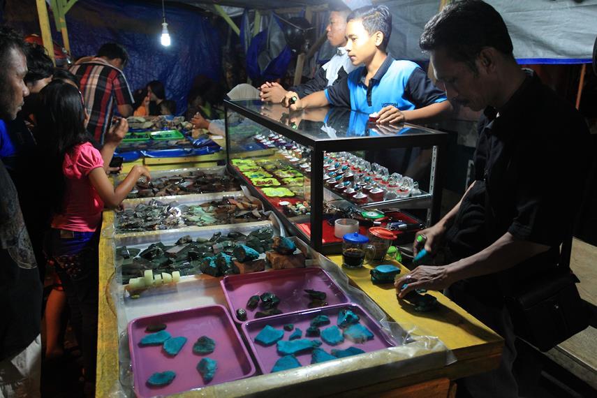Meriahnya pasar batu di Ternate