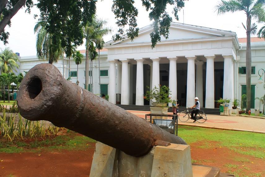 Meriam peninggalan Belanda yang ada di depan Museum Seni Rupa dan Keramik