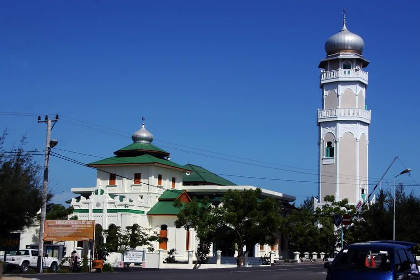 Meski Ulee Lheue menjadi salah satu daerah dampak terparah tsunami, Masjid Baiturrahim tetap berdiri kokoh