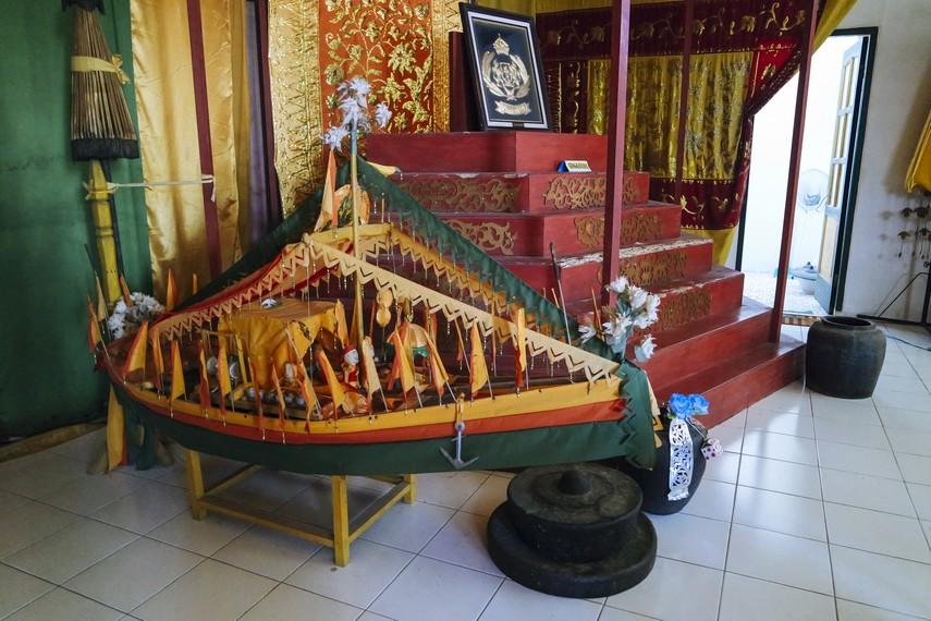 Miniatur Kapal Milik Kesultanan Bulungan dan Singgasana Sultan