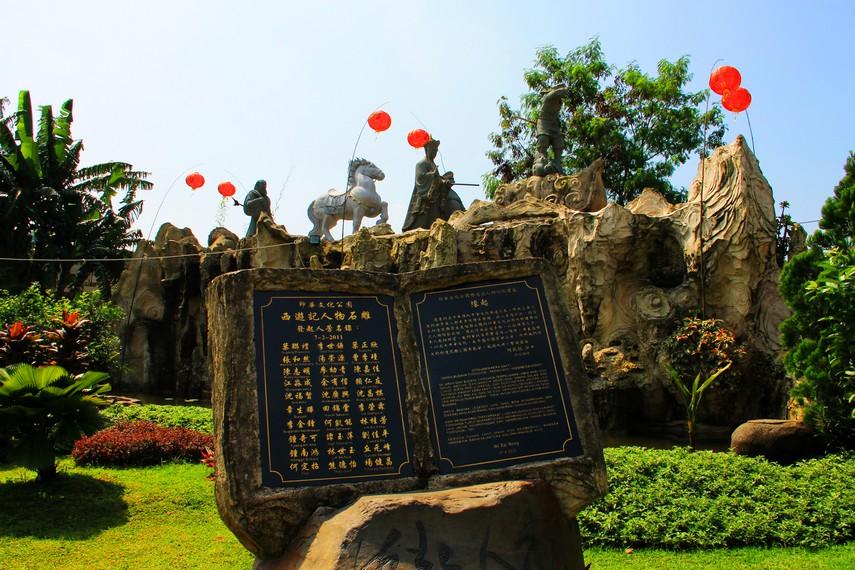 Monumen Kera Sakti menggambarkan legenda perjalanan Sun Go Kong mengantar Pendeta Tang Gen mengambil Kitab Suci Buddha ke India