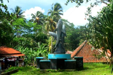 Monumen penanda objek wisata Batu Hiu