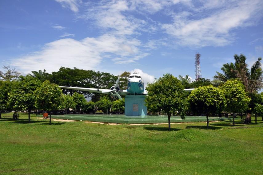 Monumen Seulawah RI-001 terletak di Lapangan Blang Padang, Kecamatan Baiturrahman, Banda Aceh